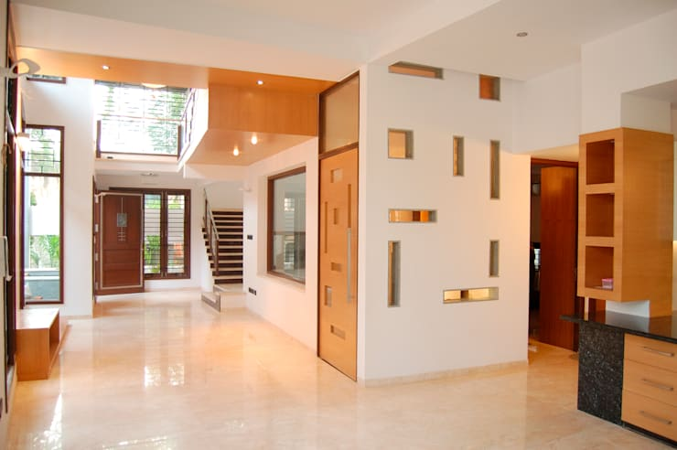 DR.HARIHARAN RESIDENCE:  Corridor & hallway by Muraliarchitects