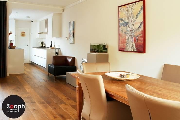 Woonkamer met open keuken:  Woonkamer door Sooph Interieurarchitectuur