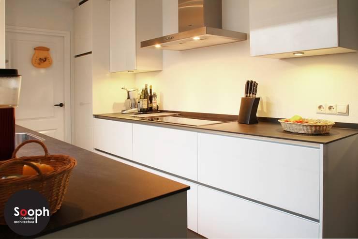 Moderne greeploze keuken:  Keuken door Sooph Interieurarchitectuur, Modern