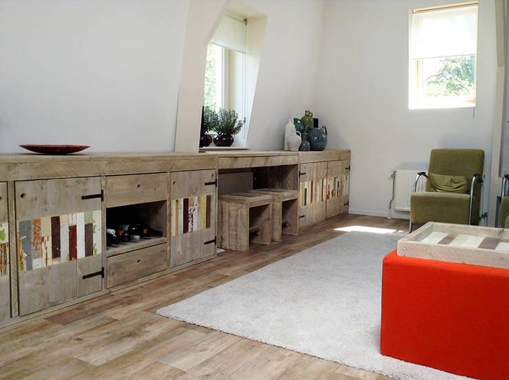 Steigerhouten TV-meubel:  Woonkamer door Sooph Interieurarchitectuur