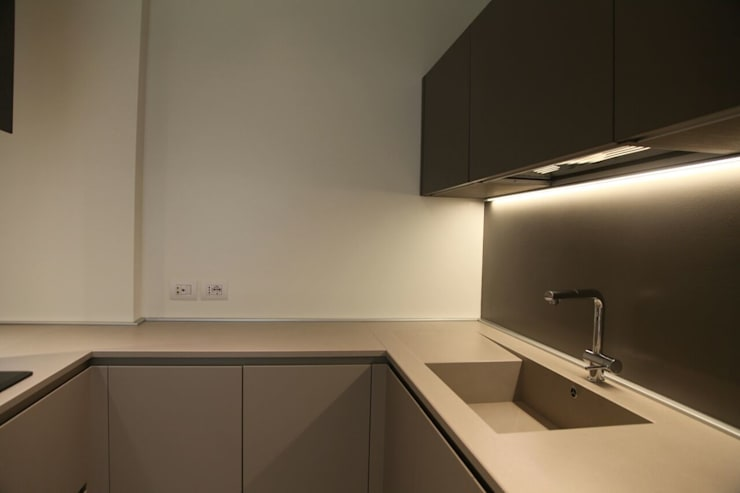 CASA A+M. UN APPARTAMENTO ALL'INSEGNA DEL MINIMAL: Cucina in stile in stile Moderno di TAU ARCHITETTURA