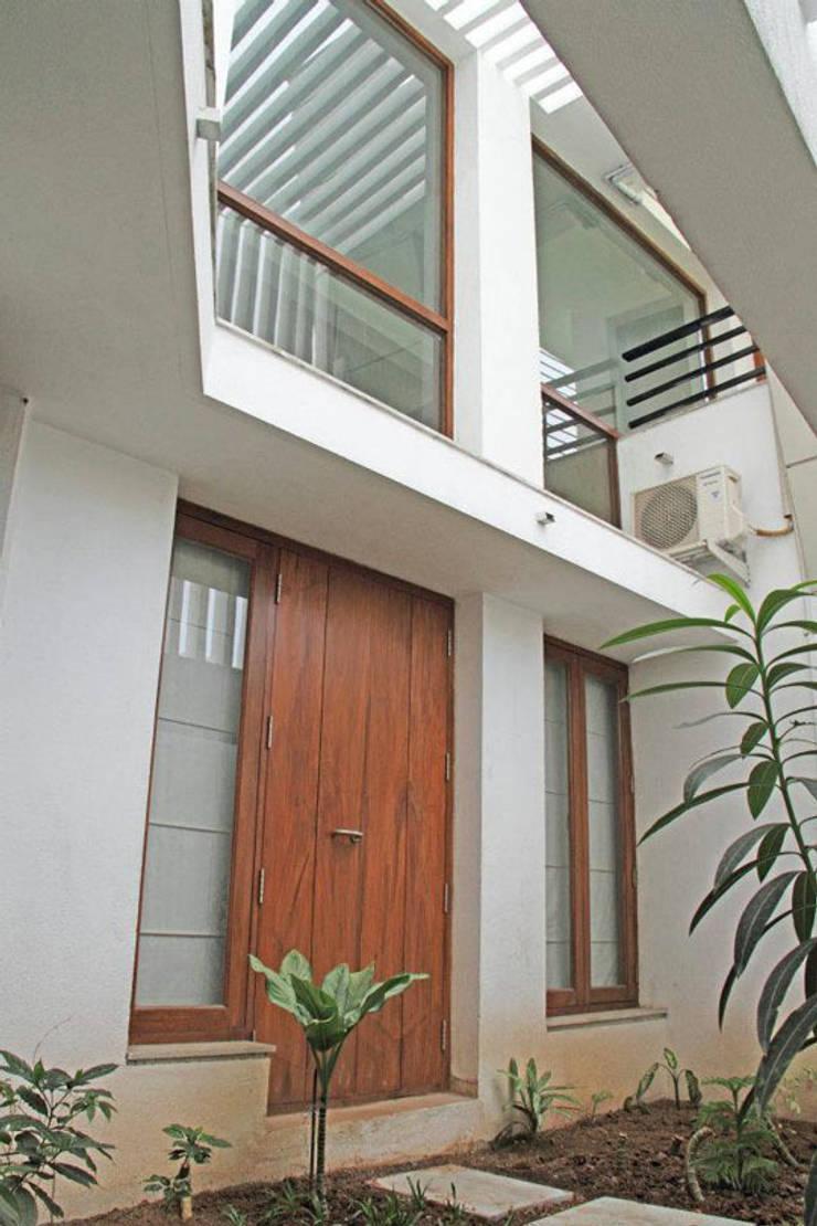 3G HOUSE – UMA SURESH:  Windows by Muraliarchitects,Modern