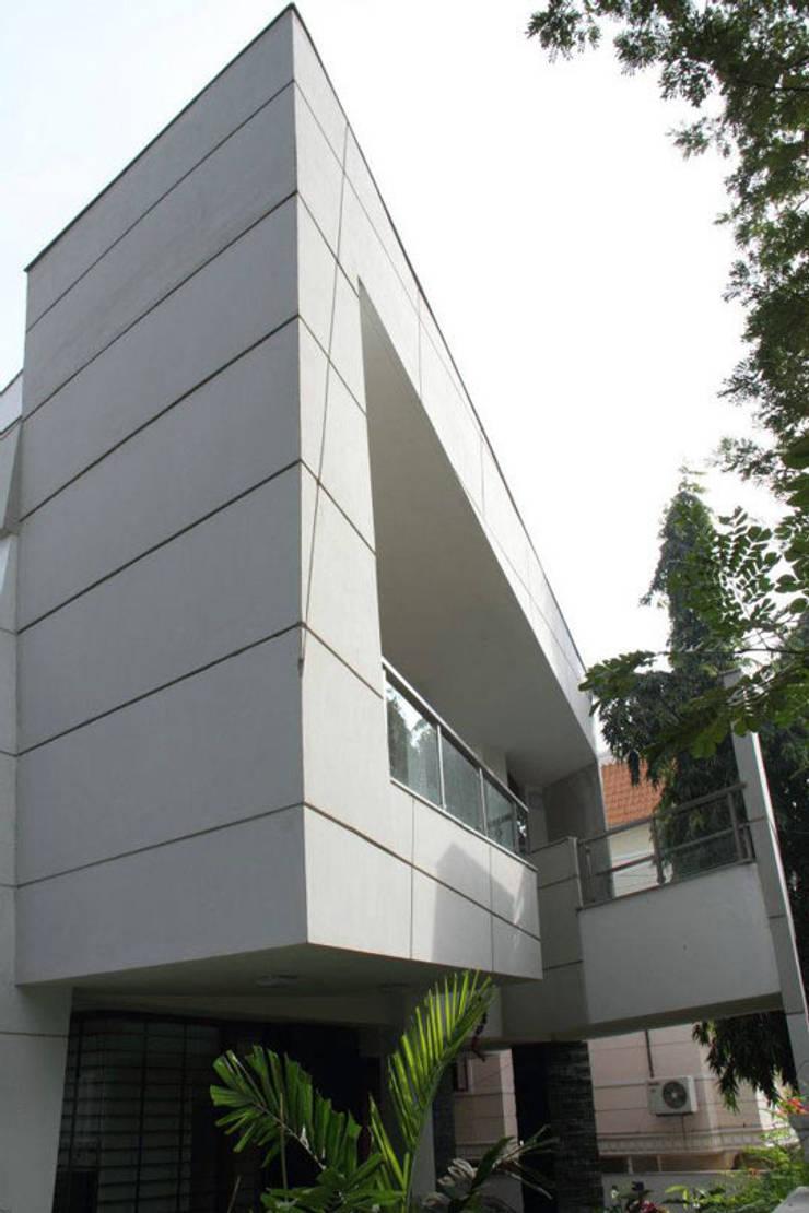 3G HOUSE – UMA SURESH:  Houses by Muraliarchitects,Modern