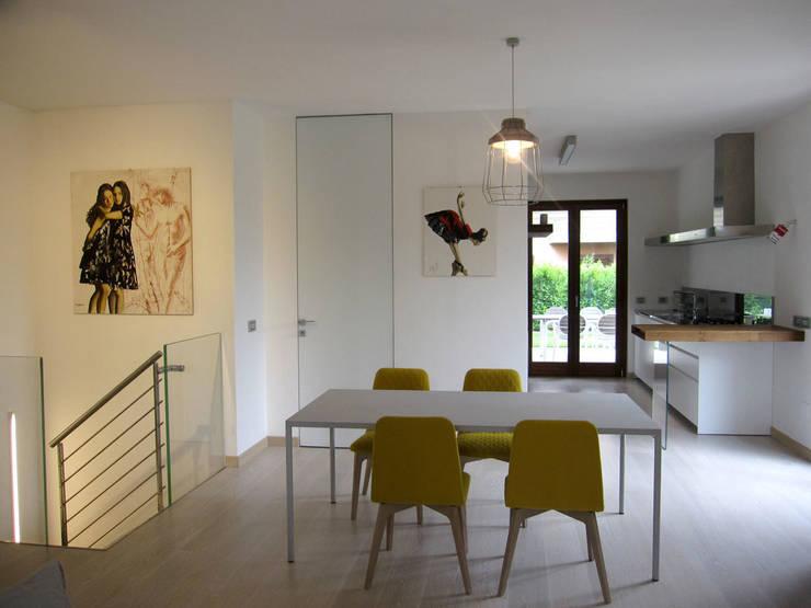 vista zona giorno: Sala da pranzo in stile in stile Minimalista di studio radicediuno