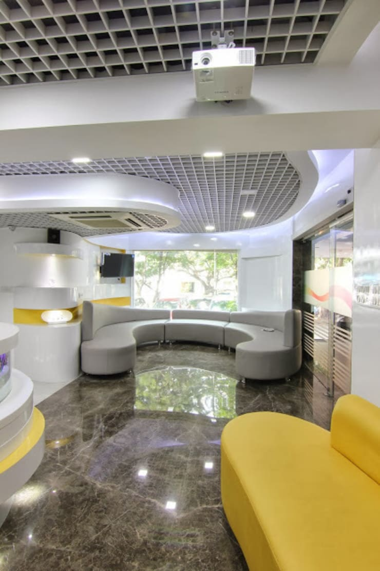 HEARING AID CENTRE:  Clinics by Muraliarchitects