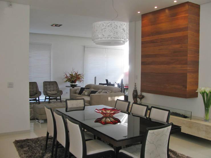 CASA LB: Sala de jantar  por DIOGO RIBEIRO arquitetura,