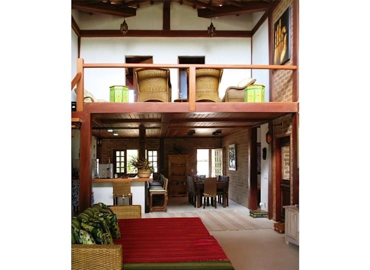 Residência Outeiro: Salas de estar  por Cria Arquitetura,Tropical