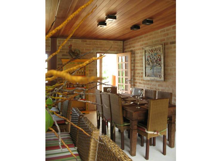 Residência Outeiro: Salas de jantar tropicais por Cria Arquitetura