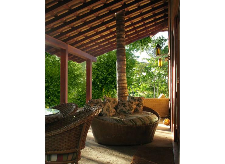 Residência Outeiro: Terraços  por Cria Arquitetura,Tropical