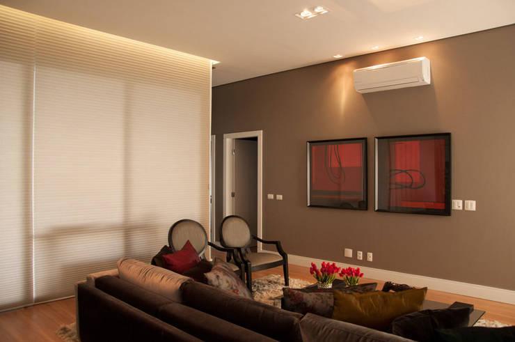 CASA RA: Sala de estar  por DIOGO RIBEIRO arquitetura