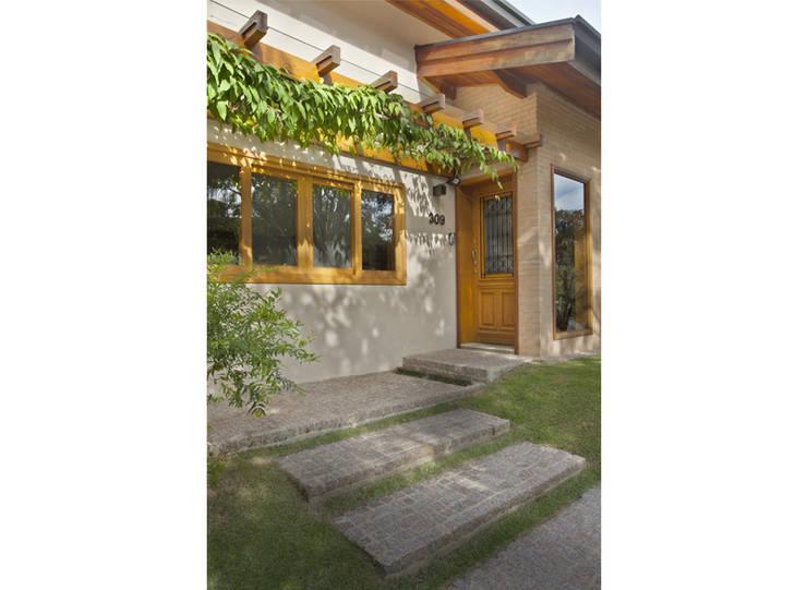 Casas de estilo rústico por Cria Arquitetura