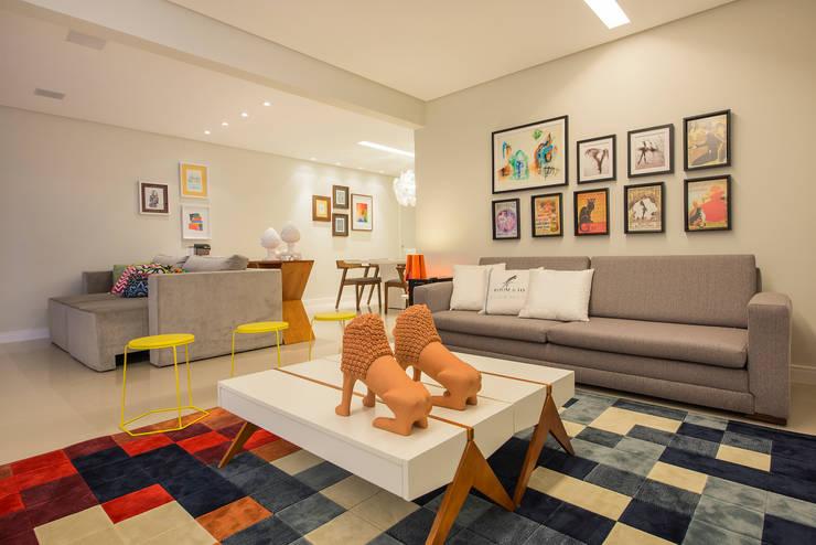 Apartamento Caravelas: Salas de estar ecléticas por Fábrica Arquitetura