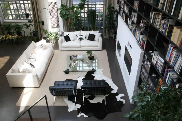 Loft a Milano: Soggiorno in stile  di Karin Künzli