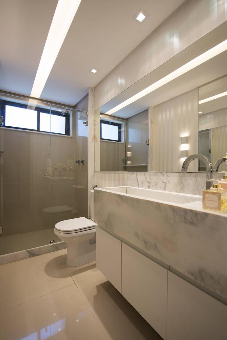 Apartamento Caravelas: Banheiros ecléticos por Fábrica Arquitetura