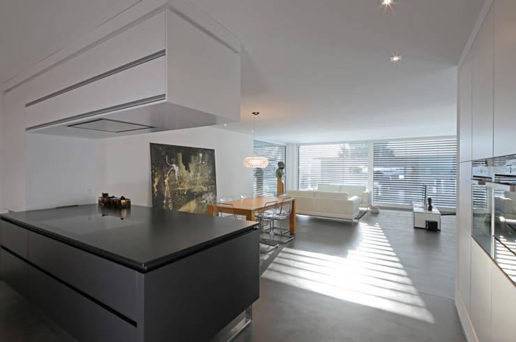 Einfamilienhaus im Schweizer Mittelland:  Esszimmer von Unica Architektur AG