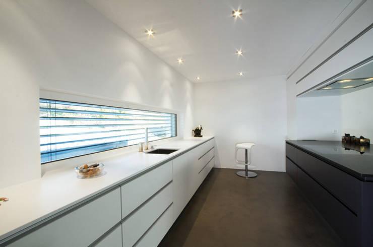 Einfamilienhaus im Schweizer Mittelland:  Küche von Unica Architektur AG