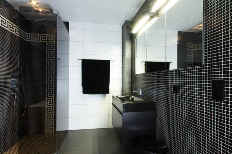 Einfamilienhaus im Schweizer Mittelland:  Badezimmer von Unica Architektur AG