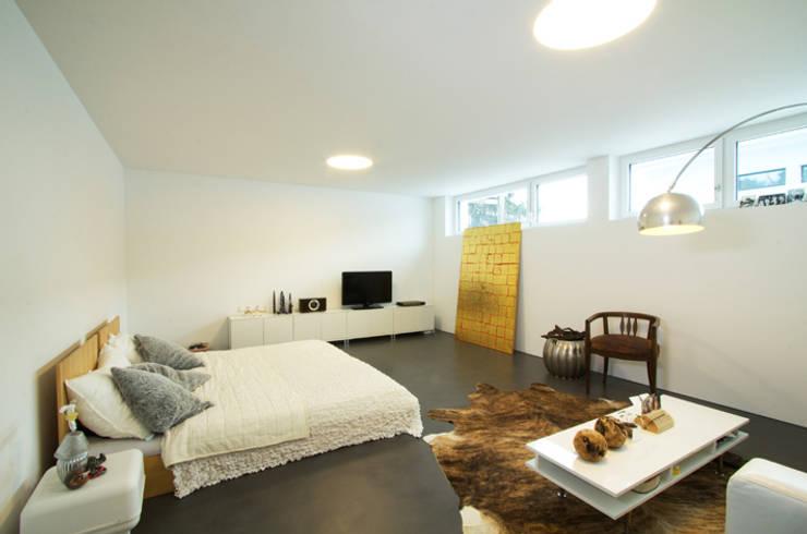 Einfamilienhaus im Schweizer Mittelland:  Schlafzimmer von Unica Architektur AG