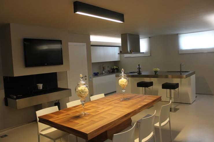 VILLA IN COLLINA: Sala da pranzo in stile  di MATTEONOFRINTERIORDESIGNER