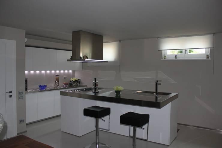 VILLA IN COLLINA: Cucina in stile  di MATTEONOFRINTERIORDESIGNER