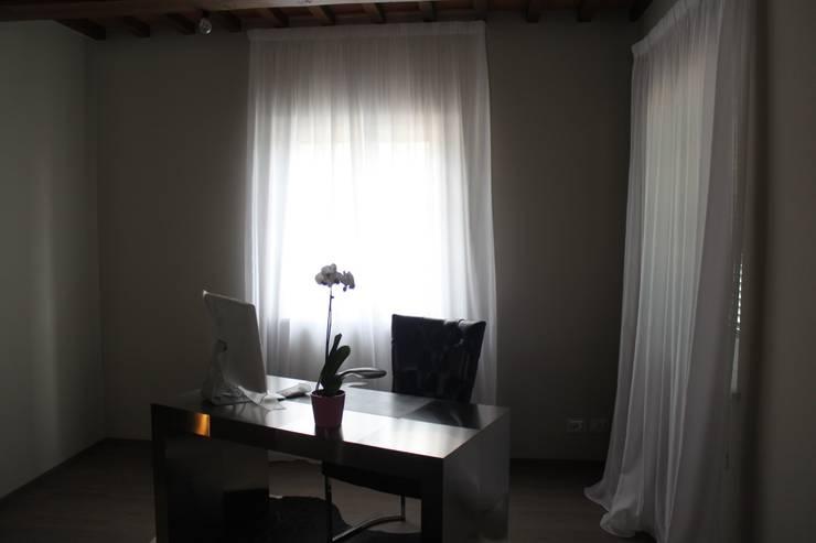 VILLA IN COLLINA: Studio in stile  di MATTEONOFRINTERIORDESIGNER