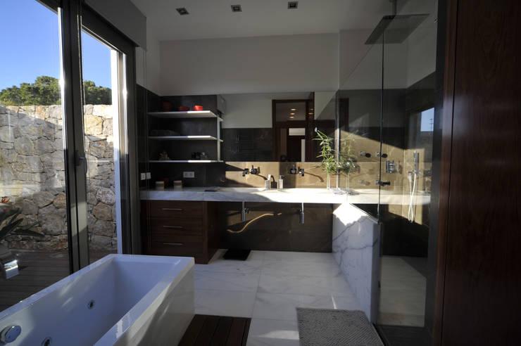 Baños de estilo  por Chiarri arquitectura