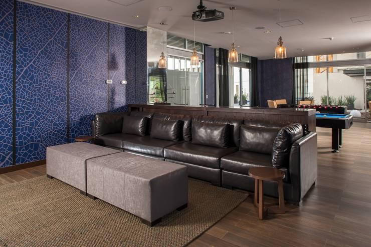 TV Room : Salas de estilo moderno por UNUO Interiorismo