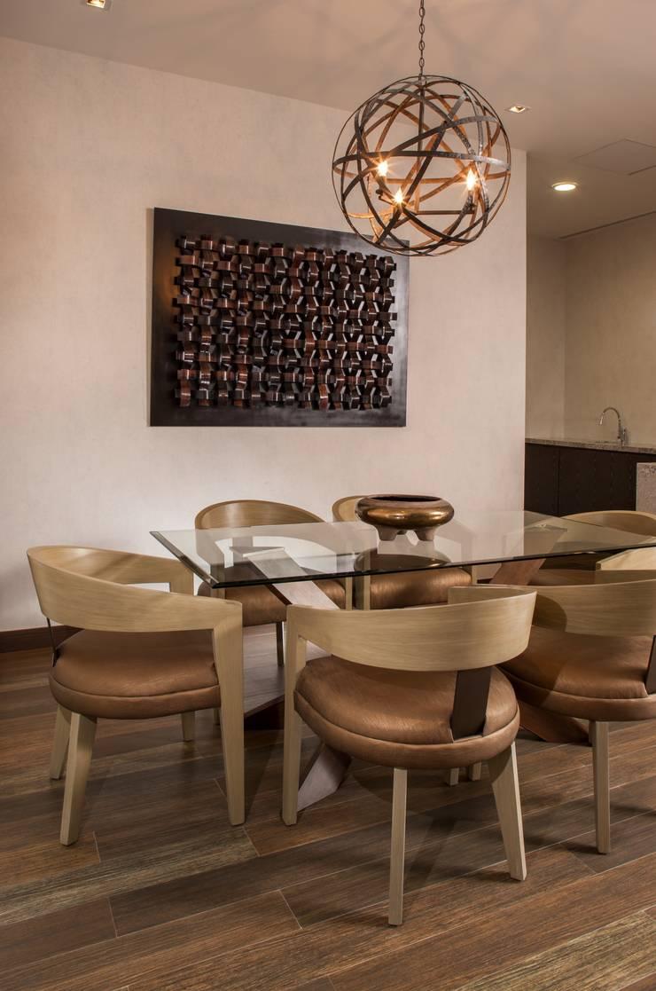 Sala : Comedor de estilo  por UNUO Interiorismo