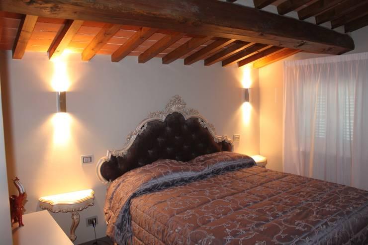 VILLA IN COLLINA: Camera da letto in stile  di MATTEONOFRINTERIORDESIGNER
