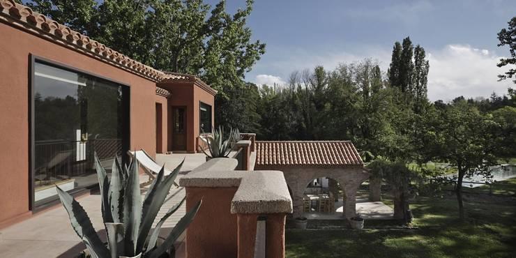 Chalet Atamisque: Terrazas de estilo  por Bórmida & Yanzón arquitectos