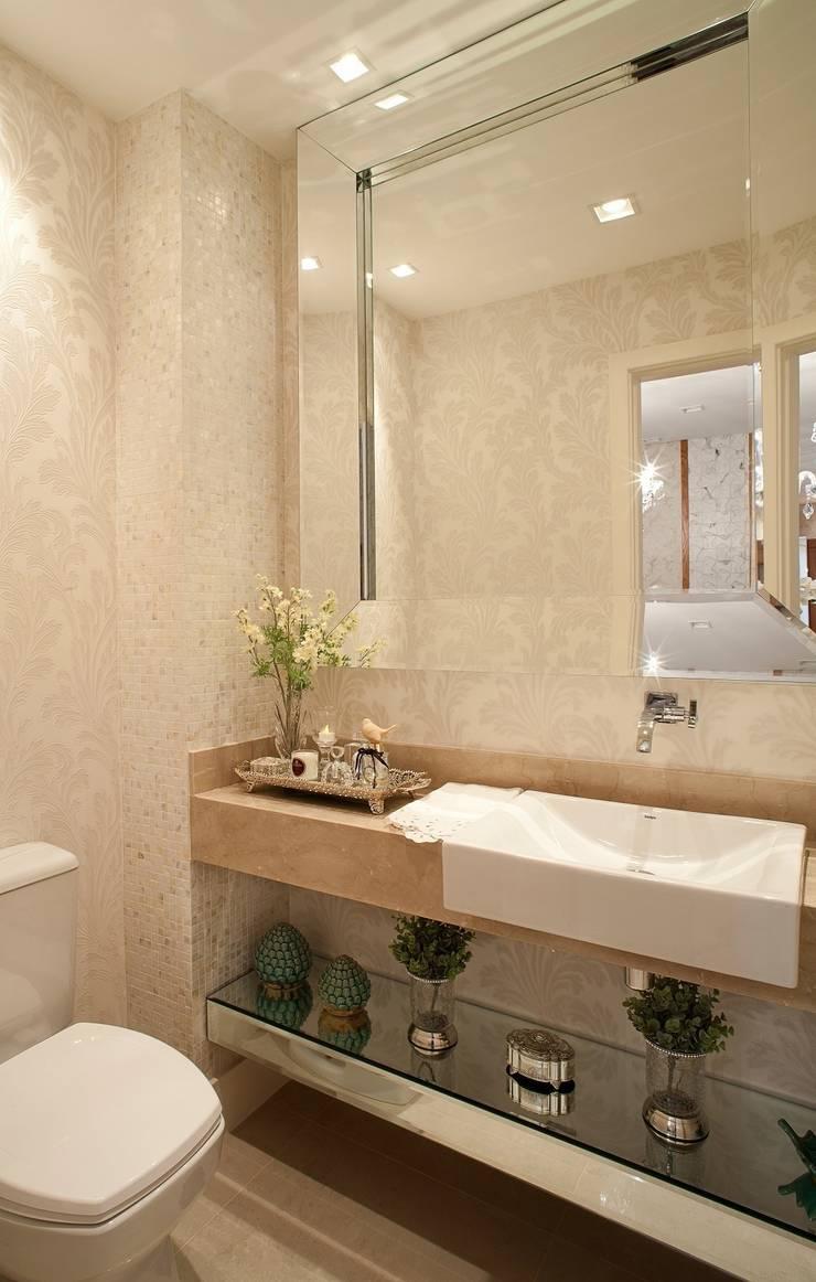 Baños de estilo  por Mariane e Marilda Baptista - Arquitetura & Interiores,