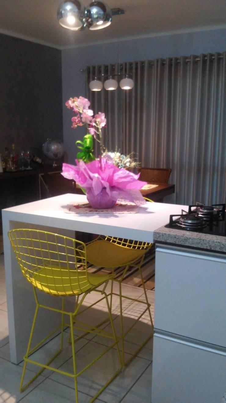 Apartamento: Cozinha  por Daiana Pasqualon Arquitetura & Lighting,