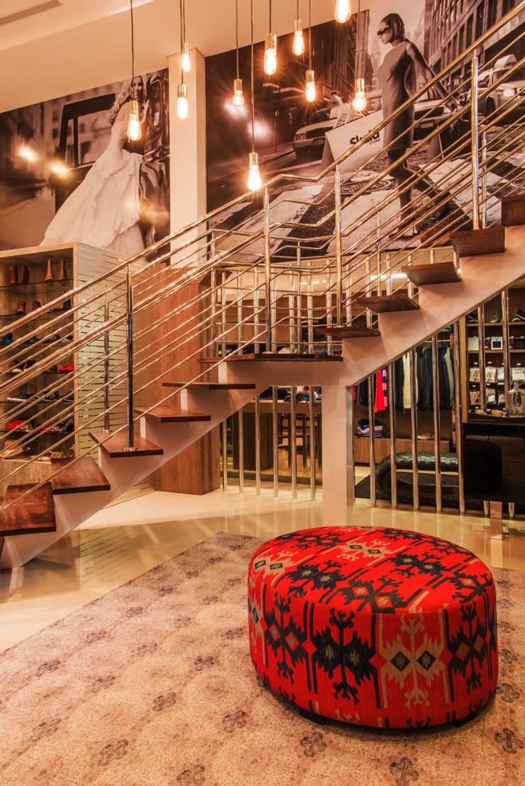 Escada: Lojas e imóveis comerciais  por Élcio Bianchini Projetos