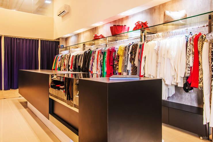 Bancada de atendimento: Lojas e imóveis comerciais  por Élcio Bianchini Projetos