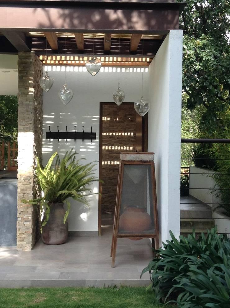 Jaral: Terrazas de estilo  por InteriorEs Silvana McColgan