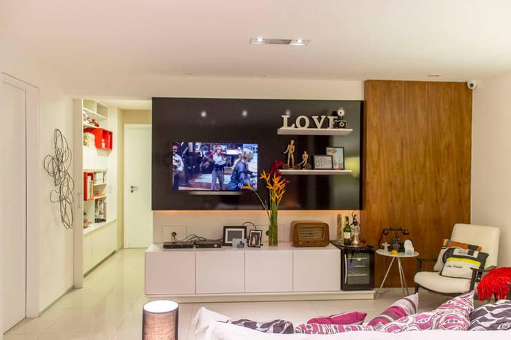 KP 1401: Salas de estar modernas por POCHE ARQUITETURA
