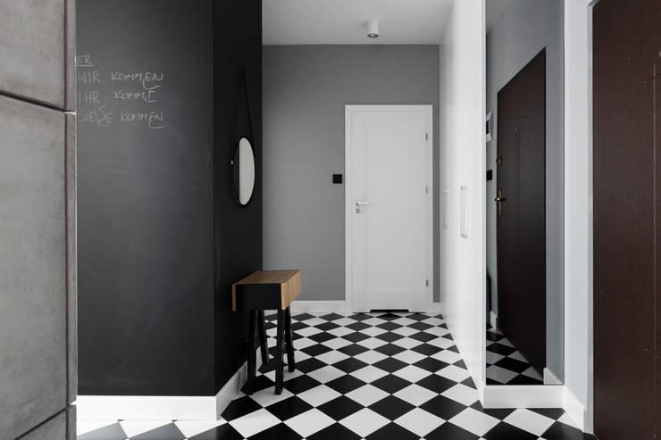 Mieszkanie w Warszawie/ IN PRACOWNIA: styl , w kategorii Korytarz, przedpokój zaprojektowany przez www.niewformie.pl