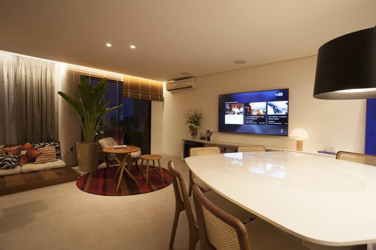 AH 1302: Salas de estar modernas por POCHE ARQUITETURA