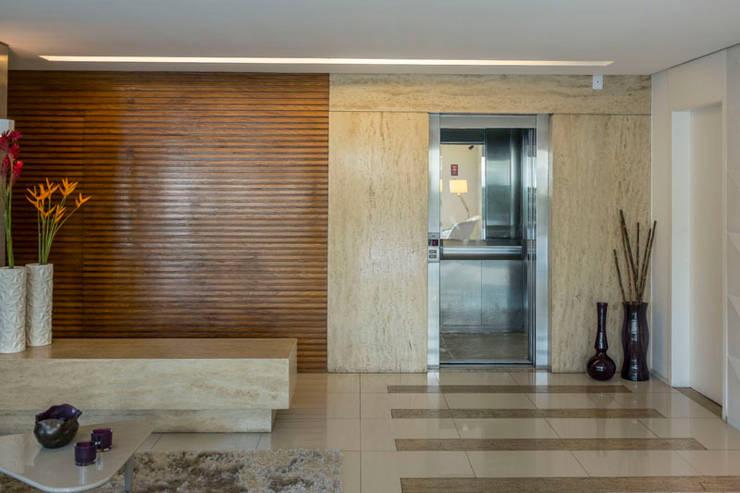 Condomínio José Martins: Corredores e halls de entrada  por POCHE ARQUITETURA