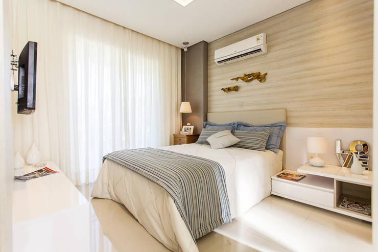 Camera da letto in stile  di POCHE ARQUITETURA