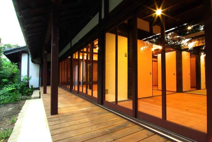 改修後の縁側: 石井建築設計事務所が手掛けたです。