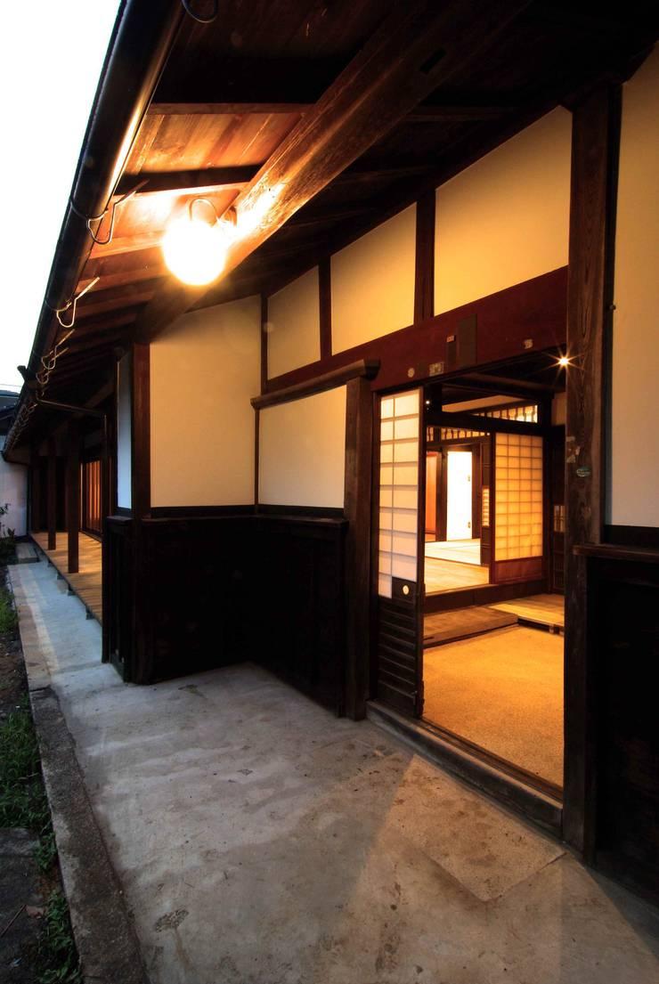 改修後の玄関: 石井建築設計事務所が手掛けたです。