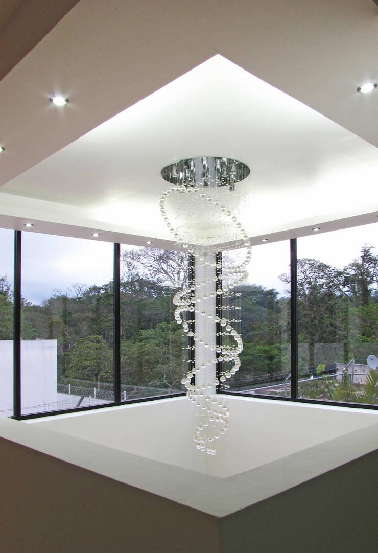 Vista desde el Interior, Detalle de iluminación y plafón: Salas de estilo  por Estudio Meraki