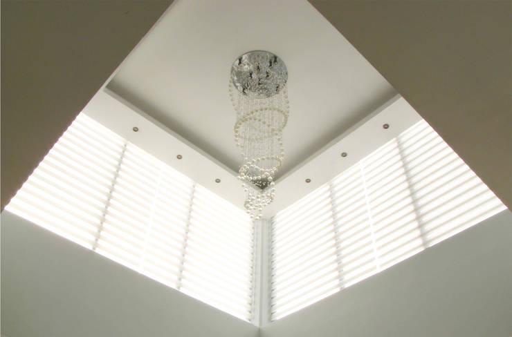 Vista Interior - Detalle de iluminación y plafón: Salas de estilo  por Estudio Meraki