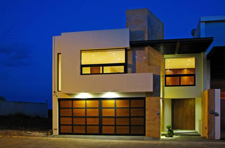 Fachada Principal : Casas de estilo  por Estudio Meraki