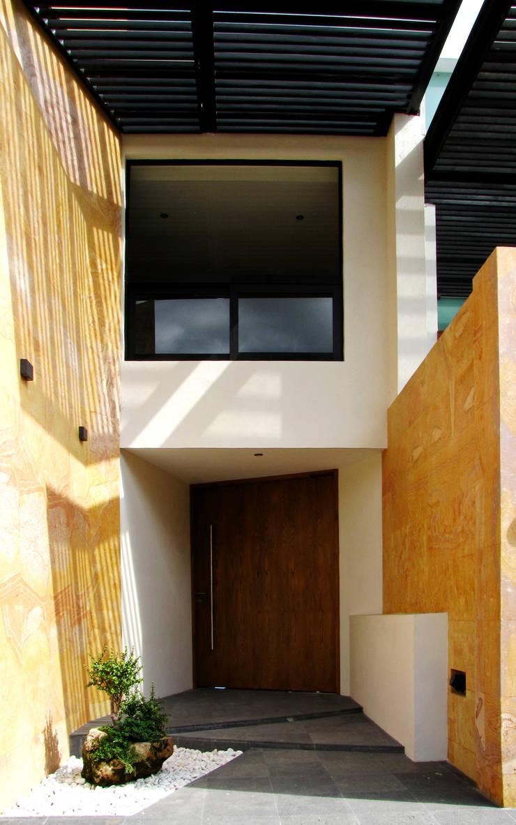 Vista Exterior -Detalle de Acceso: Casas de estilo  por Estudio Meraki