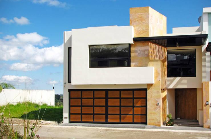 Fachada Principal: Casas de estilo  por Estudio Meraki
