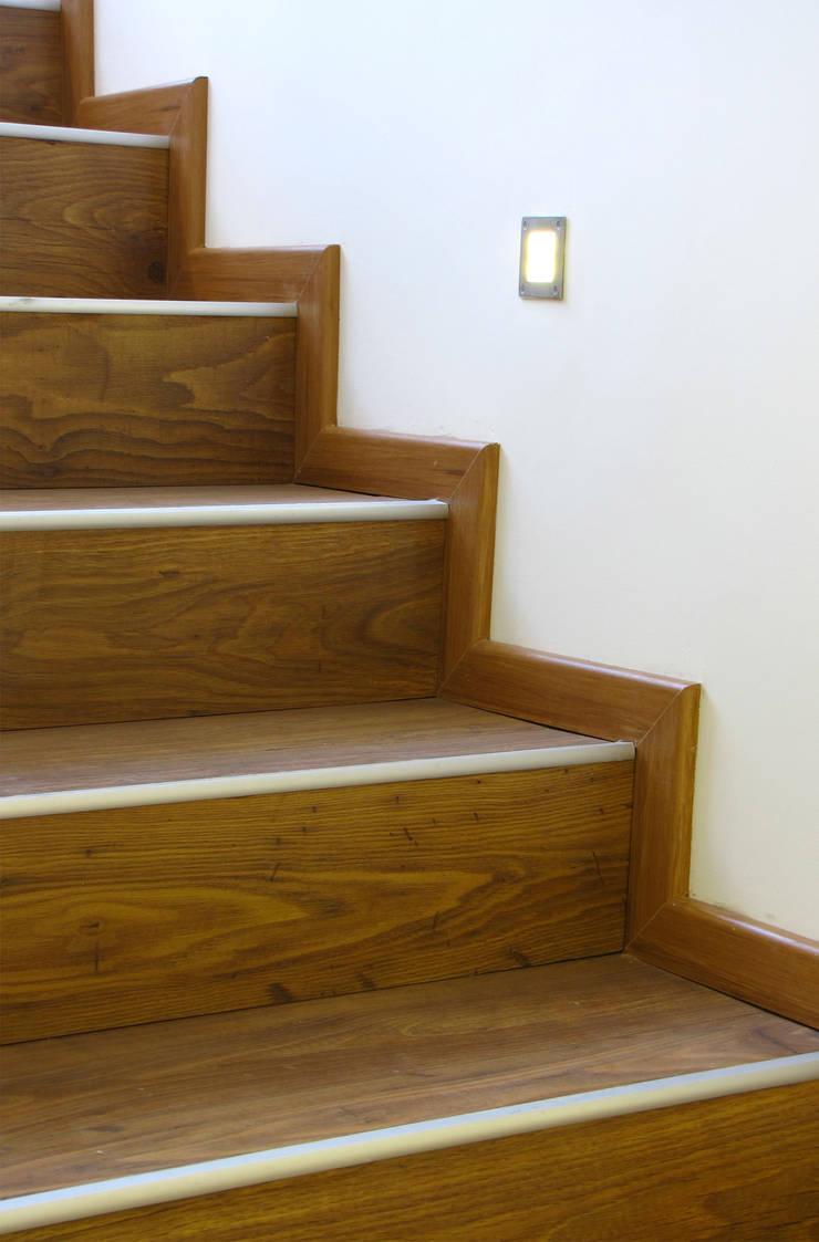 Detalle de Escaleras: Pasillos y recibidores de estilo  por Estudio Meraki