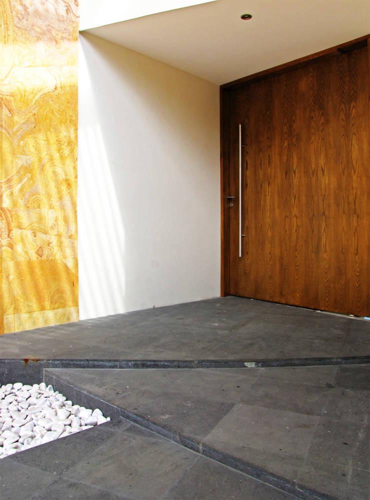 Vista Exterior- Detalle de Acceso: Casas de estilo  por Estudio Meraki