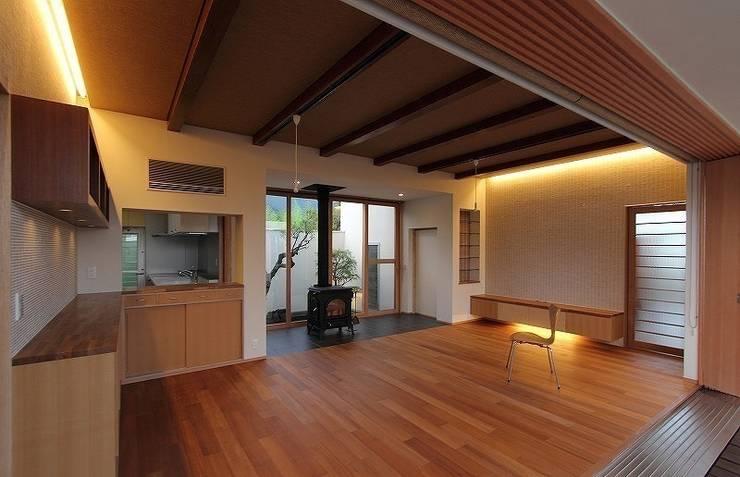 Yokono ARC: 平林繁・環境建築研究所が手掛けたダイニングです。